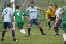 Fotbalisté Fryštáku B (v zeleném) proti Mysločovicím. Ilustrační foto
