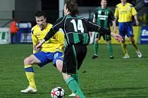 Druholigoví fotbalisté Zlína (ve žlutém) remizovali ve 24. kole proti Sokolovu.