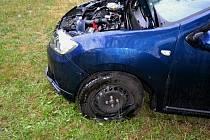 Poničený vůz Dacia, s nímž pětasedmdesátiletý řidič ze Zlína přejel v pátek 19. července 2019 v Liptále kvůli nepozornosti přes svodidla a zastavil až na louce.