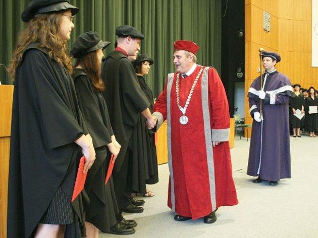 Stovky absolventů promovaly na UTB