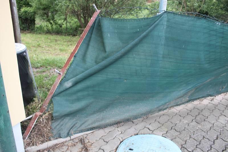 Valašskokloboucké koupaliště před otevřením zaplavil přívalový liják.
