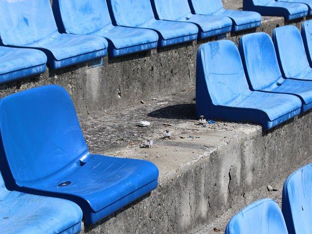 Sektor hostů po řádění baníkovců na stadionu Letná ve Zlíně