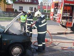 Požár osobního auta ve Slavičíně na Zlínsku