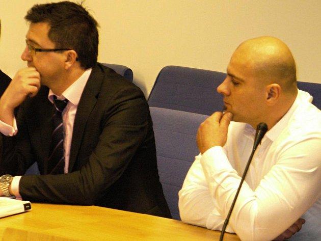Zlínský krajský soud začal ve čtvrtek 2. února projednávat případ vyhořelého masokombinátu Filex v Uherském Brodu. Podle obžaloby jej měl zřejmě na objednávku zapálit Tomáš Trkan (vpravo) z Brna.