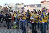 Fanoušci hokejistů PSG Zlín před velkoplošnou obrazovkou na náměstí Míru sledují v neděli v podvečer 4. finálový zápas play-off.
