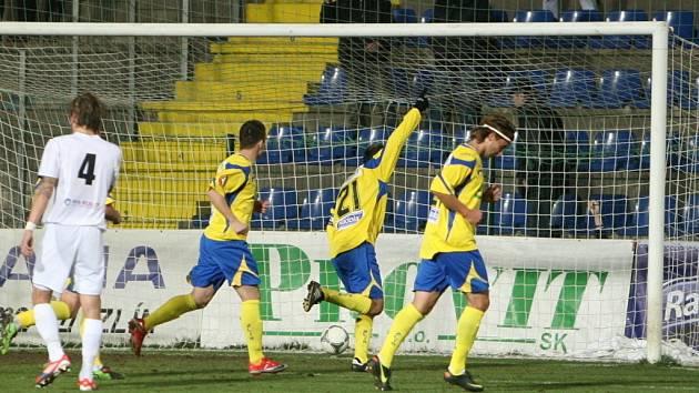 Druholigoví fotbalisté Zlína (ve žlutém) doma bez větších problémů porazili rivala HFK Olomouc 3:0.
