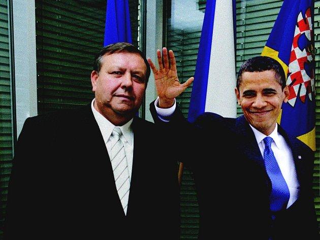 Všechno dobré. Na fotografii, kterou Deníku poskytlo tiskové oddělení kraje, se už americký prezident usmíval.