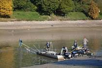 Rybáři zahájili záchranný transfer ryb z vypuštěné Luhačovické přehrady.