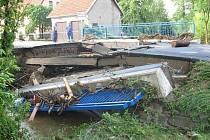 Červnová povodeň zničila most v Mštěnovicích.