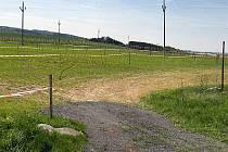 Ač k tomu tento pozemek není podle katastru určen, v sezoně je využíván jako parkoviště.