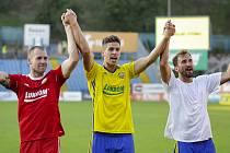 Zlínský útočník Alexander Jakubov (na snímku uprostřed) se společně s brankářem Dostálem (vlevo) a záložníkem Jiráčkem raduje z výhry i první ligové branky.
