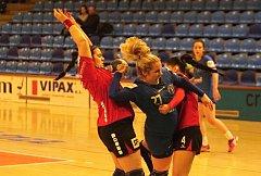 Házenkářky Zlína (v modrých dresech) v 17. kole ženské MOL ligy prohrály se slovenskou Šaľou 25:29 a v tabulce zůstaly deváté.