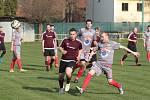 Malenovičtí fotbalisté (v šedých dresech) vyrazili za záchranou, když doma zdolali Jaroslavice 2:0.