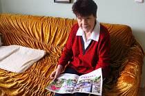 Danuše Fryštacká i přes svůj vysoký věk roznáší šest v dní týdnů noviny do schránek lidem v Hostišové.