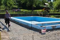 V mateřské školce v Napajedlích dělníci opravují zpevněné plochy kolem bazénu.