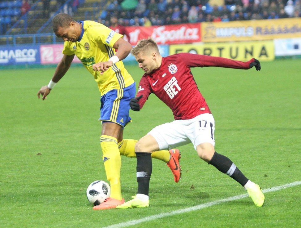 Prvoligové fotbalisté Fastavu Zlín (ve žlutém) ve 13. kole doma hostili pražskou Spartu. Na snímku Beauguel a Frýdek
