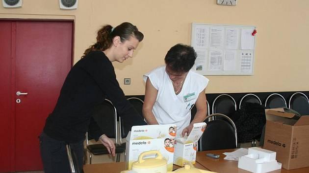 Primář novorozeneckého oddělní Krajské nemocnice Tomáše Bati ve Zlíně MUDr. Josef Macko převzal v pátek 17. prosince od zástupkyně občanského sdružení Baby klokánci Zrnka Ingrid Martynkové novou dvoufázovou odsávačku mléka.