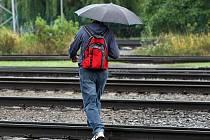 Nebezpečné přecházení přes koleje v Otrokovicích