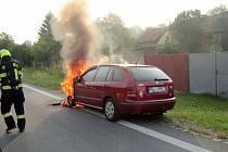 Plameny zničily přední část osobního vozu.