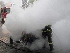 Požár osobního vozidla na ulici Osvoboditelů ve Zlíně.