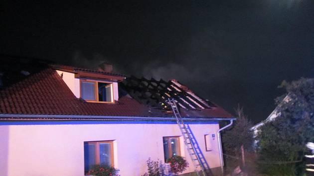 Požár střechy obydlené budovy v obci Karlovice.