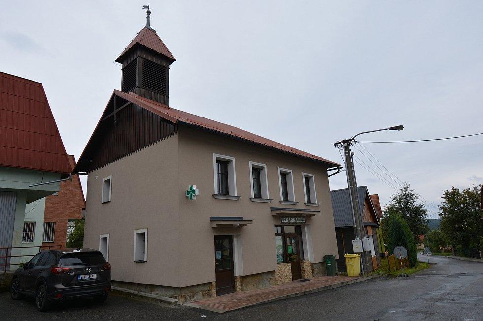 Vesničce Újezd na Zlínsku chybí podle místních snad jen moře. Na snímku z 26. srpna 2021 původní budova z roku 1905.