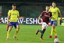 Fotbalisté Zlína (žluté dresy) naposledy doma prohráli se Spartou 2:5.