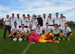 Fotbalisté Štípy nastoupili do utkání se Sehradicemi ve speciálních trikách vyrobených na počest svatby svého brankáře. Foto: