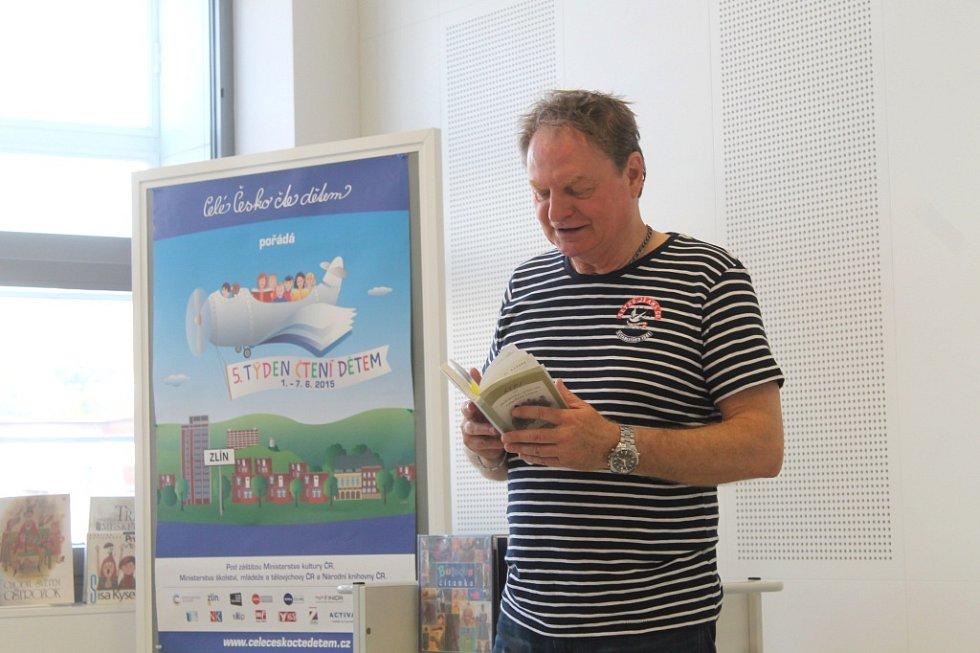 V rámci doprovodného programu 55. ročníku filmového festivalu ve Zlíně přichází pravidelně do Krajské knihovny Františka Bartoše předčítat dětem hosté festivalu. Ve středu sem zavítal moderátor a herec Petr Jančařík.