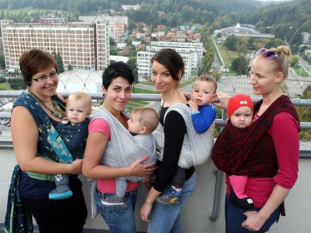 Setkání maminek a dětí nošených v šátku na terase krajského úřadu ve Zlíně.