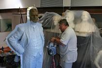 Sochař Radim Hanke pokračuje v tvorbě sochy prvorepublikového podnikatele Tomáše Bati