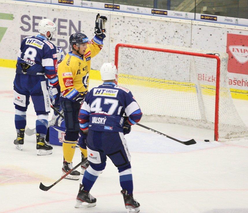 Extraligoví hokejisté PSG Berani Zlín (ve žlutém) v přípravném duelu hostili rivala Kometu Brno. Na snímku radost z branky Dobiáše.