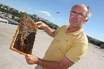 Instalace včelích úlů na střechu budovy fakulty technologické ve Zlíně. Na snímku včelař Jiří Kalenda.