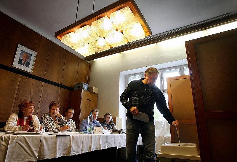 První voliči v Želechovicích nad Dřevnicí.