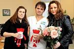 Zástupkyně neziskové organizace Korunka Luhačovice Michaela Mitáčková (vlevo) a ředitelka Veronika Záhorská (vpravo) přinesly na Novorozenecké oddělení Krajské nemocnice T. Bati ve Zlíně vánoční nadílku.