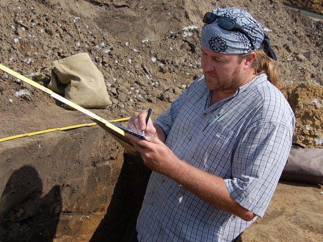 Archeolog Marek Lečbych při práci v polešovické pískovně, kde vede průzkumy už devátým rokem.