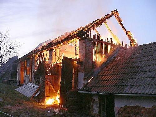 Požár hospodářského stavení v Kostelci.