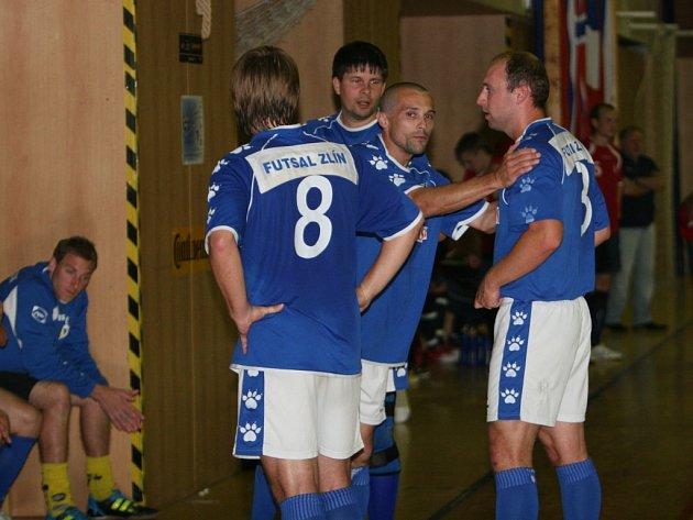 Sáloví fotbalisté Zlína (v modrém). Ilustrační foto