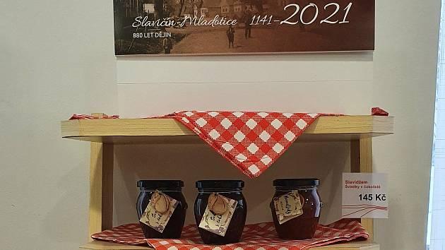 Infocentrum ve Slavičíně nabízí řadu netradičních výrobků: městský čaj, džem vyrobený z místních slavičínských surovin, a také historický kalendář.