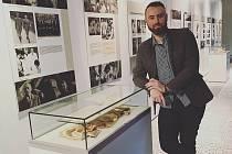 Originální výstava Baťův pedikér přibližuje rozmach řemesla, který významně ovlivnila světová obuvnická firma ze Zlína. Na snímku iniciátor expozice, pravnuk prvního pedikéra Františka Kocourka Jakub Neradilek.