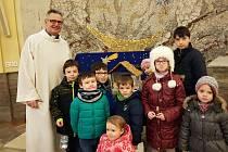Děti na sváteční mši v kostele svatého Filipa a Jakuba ve Zlíně s tamním farářem Kamile Obrem.