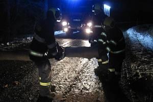 Padající stromy a uvolněné plechy zaměstnaly hasiče v průběhu noci v celém Zlínském kraji.