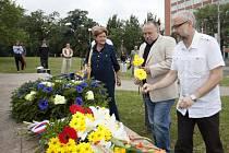 Aktivisté a členové několika menších politických stran vytvořili 12. července symbolické srdce kolem pomníku bratrů Baťových ve Zlíně, aby uctili památku podnikatele Tomáše Bati. Od jeho tragického úmrtí uplynulo 81 let.