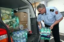 Strážník Městské policie nakládá dodávku.
