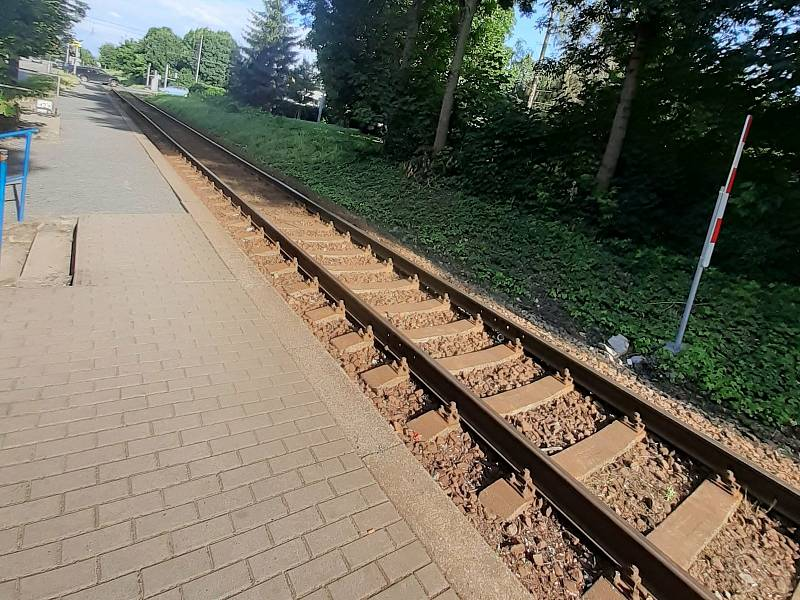 Ostudy Zlína: Železniční trať, přejezd a zastávka Zlín-Podvesná.