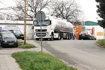 Obyvatelům otrokovické ulice Nerudova se už v dohledné době uleví od kamionové dopravy. Auta budou už brzy využívat nový vjezd do průmyslového areálu Toma.