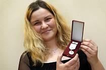 Ocenění dárců krve ve společenské sále v hotelu Moskva ve Zlíně. Petra Kaňáková se zlatou plaketou.
