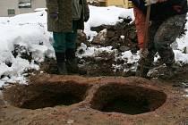 KOŘENY ZLÍNSKÝCH ŘEMESLNÍKŮ. Při vykopávkách na zlínském náměstí našli archeologové i zbytky několika hrnčířských pecí z přelomu 15. a 16. století.