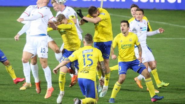 Prvoligoví fotbalisté Fastavu Zlín (ve žlutém) proti Viktroii Plzeň