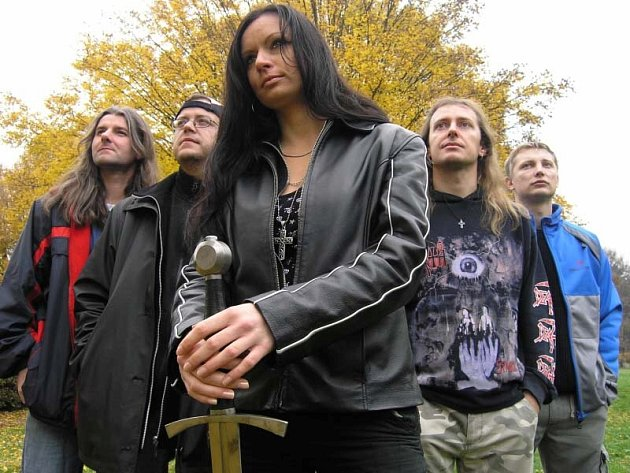Imortela zde oslaví návrat původní zpěvačky Kateřiny Bartoňové. Charizmatická tmavovláska zazpívá největší hity nejen z poslední desky Nesmrtelný.